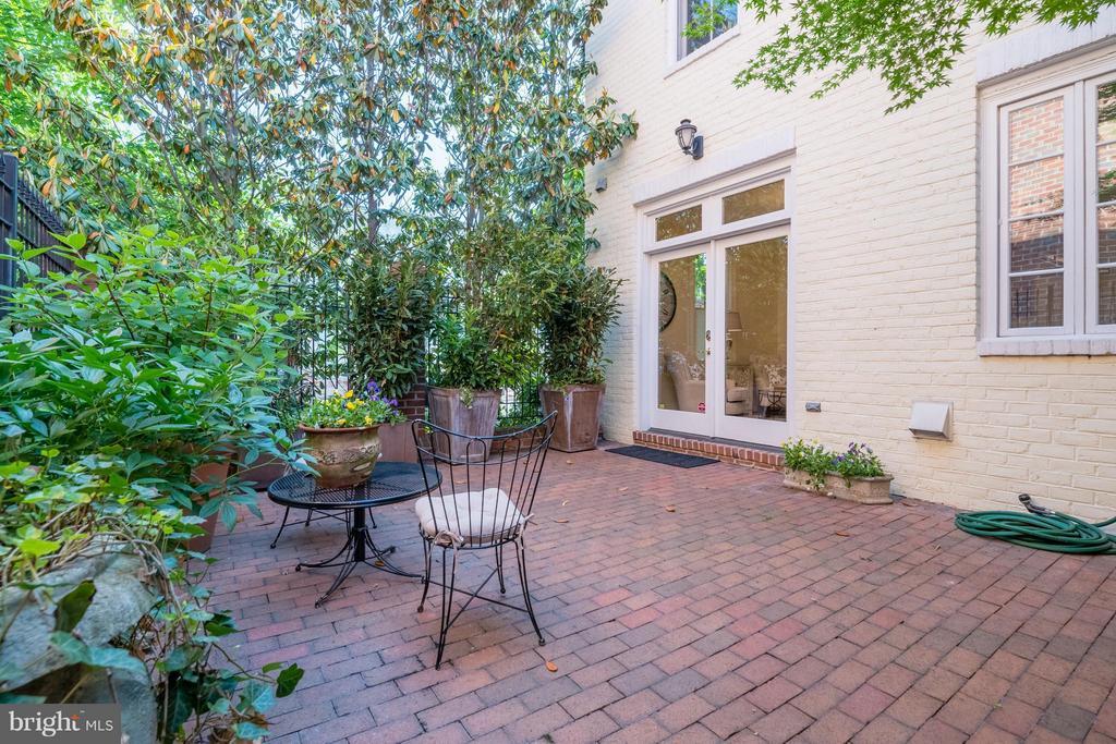 Lush greenery surrounds the delightful brick patio - 130 COLUMBUS ST N, ALEXANDRIA