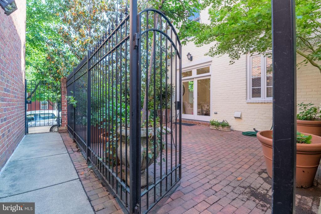 Access to Cameron St behind the private patio - 130 COLUMBUS ST N, ALEXANDRIA