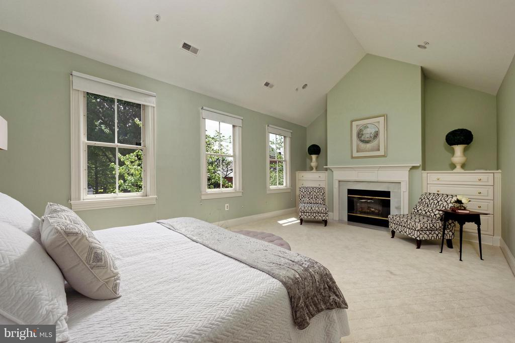 A gracious master bedroom with fireplace - 130 COLUMBUS ST N, ALEXANDRIA