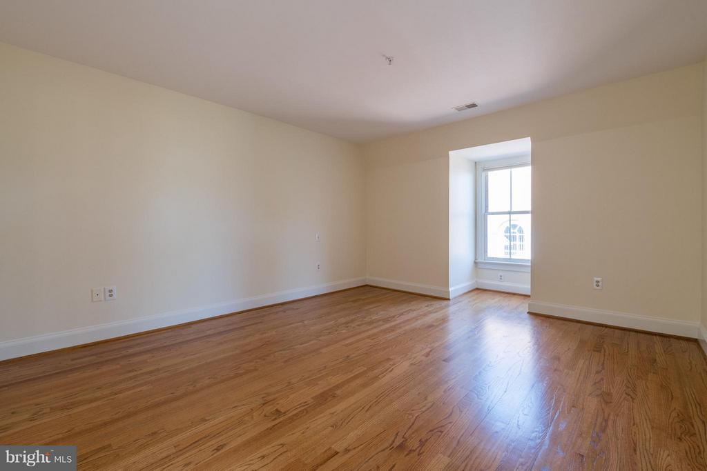 Glistening hardwood floors in the upper level BR - 130 COLUMBUS ST N, ALEXANDRIA