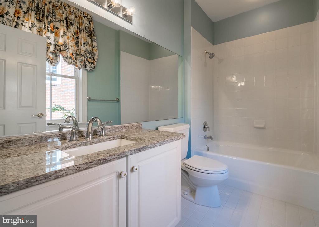 A generous en suite bath w/updated countertop - 130 COLUMBUS ST N, ALEXANDRIA