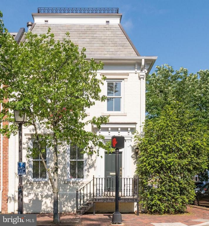A handsome end townhouse in Church Square - 130 COLUMBUS ST N, ALEXANDRIA