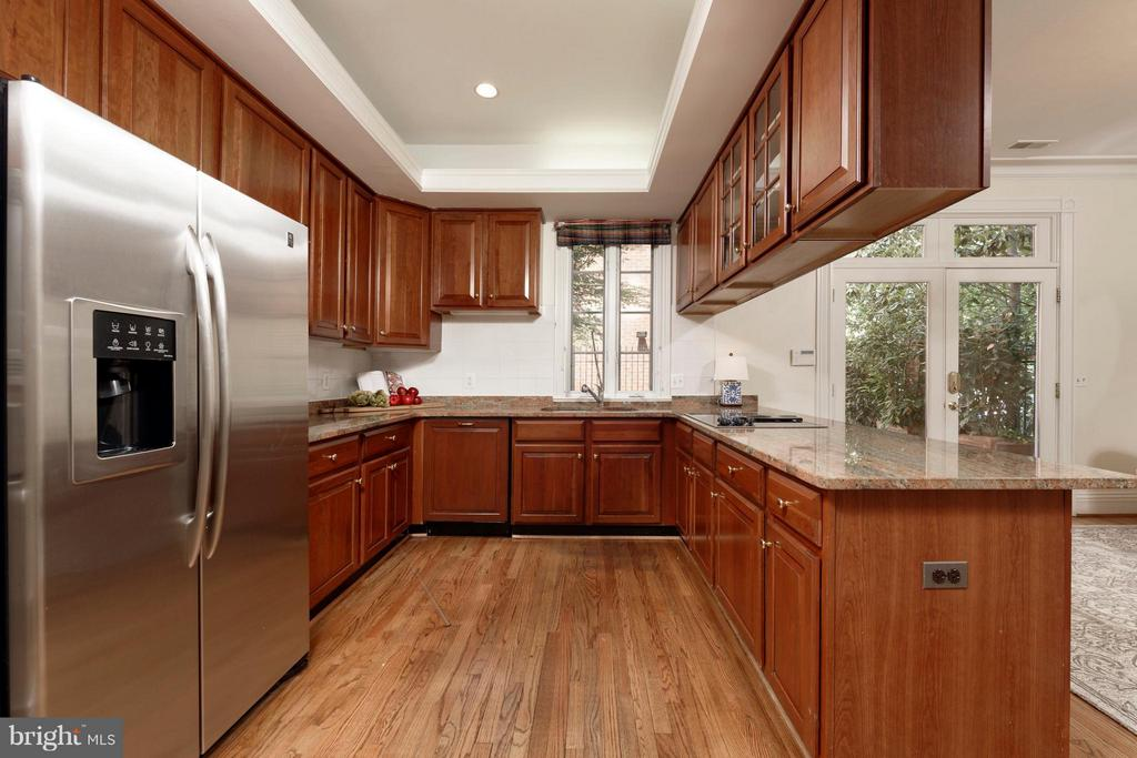 A dapper kitchen w/ample storage and tray ceiling - 130 COLUMBUS ST N, ALEXANDRIA