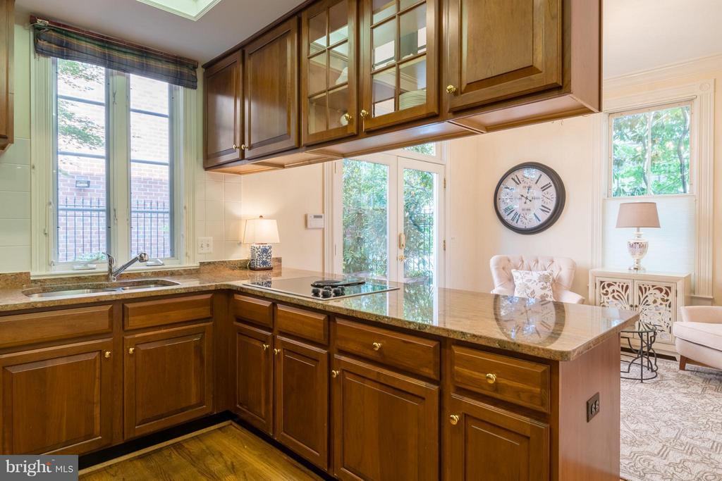 This kitchen overlooks the private patio - 130 COLUMBUS ST N, ALEXANDRIA