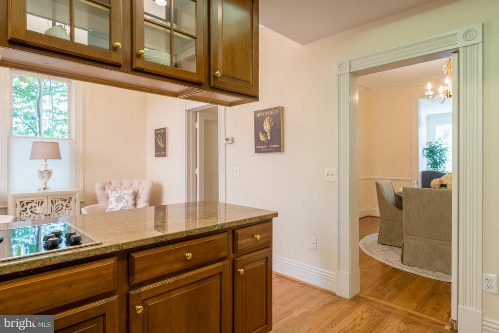 A swinging butlers door opens to the dining room - 130 COLUMBUS ST N, ALEXANDRIA