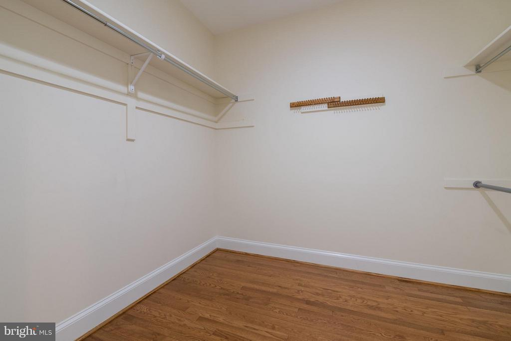 An walk-in master bedroom closet with wood floors - 130 COLUMBUS ST N, ALEXANDRIA