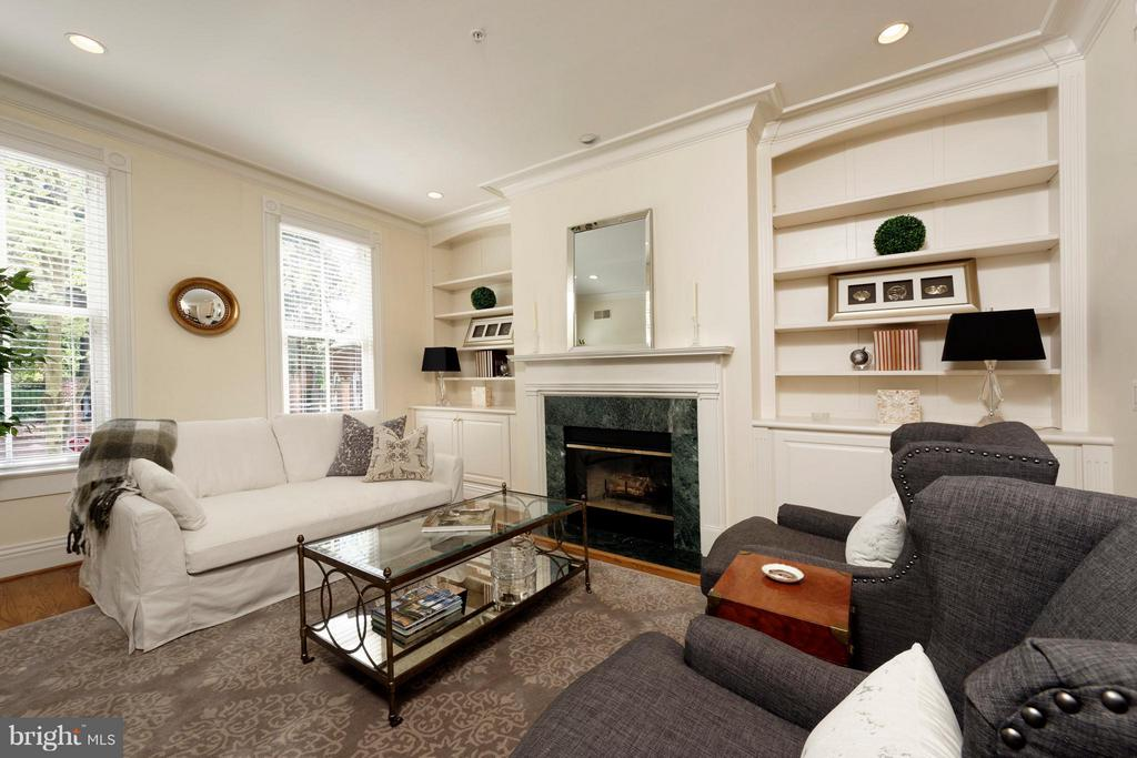 The LR offers tall ceilings and deep moldings - 130 COLUMBUS ST N, ALEXANDRIA