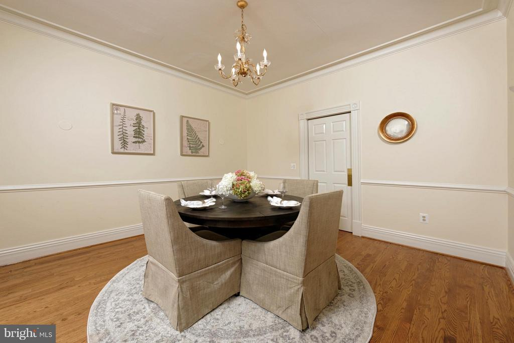A sizable dining room surrounded by chair railing - 130 COLUMBUS ST N, ALEXANDRIA