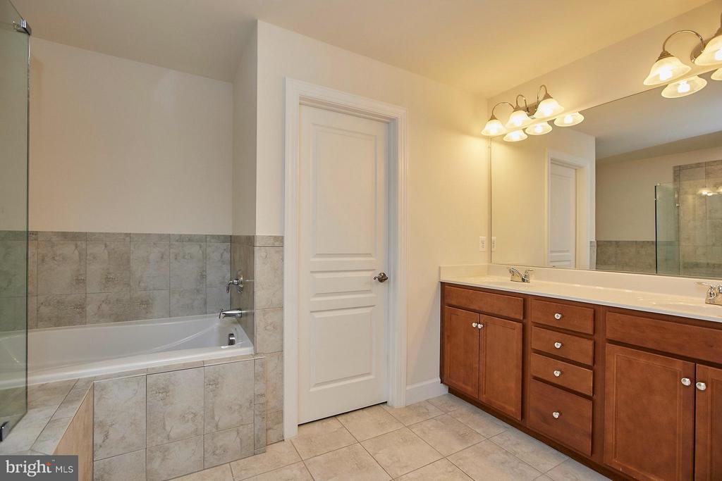Maple cabinetry with double vanity & water closet - 16636 DANRIDGE MANOR DR, WOODBRIDGE