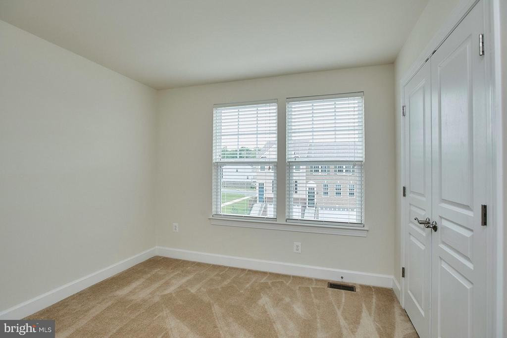 3rd bedroom with pre wire for a ceiling fan - 16636 DANRIDGE MANOR DR, WOODBRIDGE