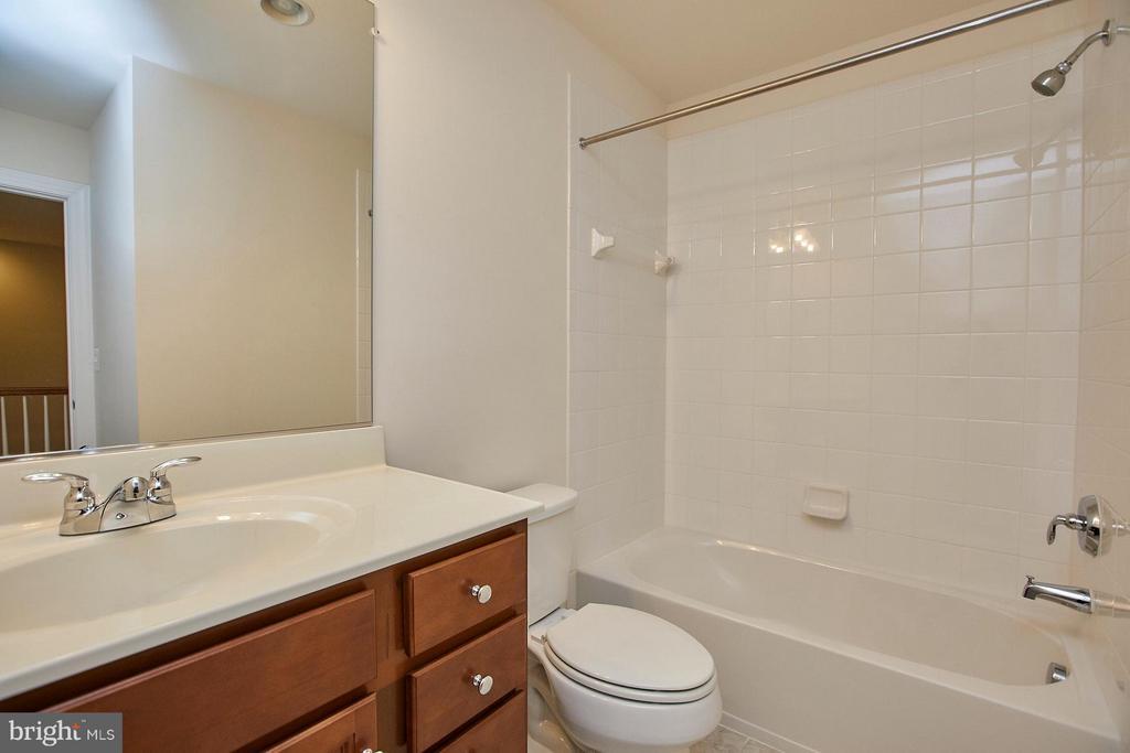 Upper hallway full bathroom - 16636 DANRIDGE MANOR DR, WOODBRIDGE