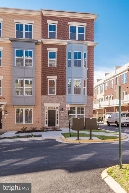 END UNIT 4 STORY TOWNHOME, REAR LOAD 2 CAR GARAGE - 11695 SUNRISE SQUARE PL #08, RESTON