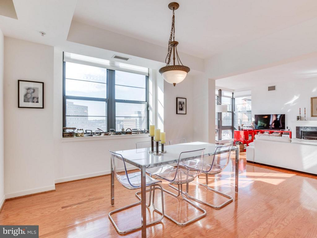 There is no lack of natural light in this home - 1830 FOUNTAIN DR #1008, RESTON