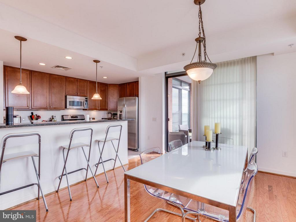 A breakfast bar provides additional dining space - 1830 FOUNTAIN DR #1008, RESTON