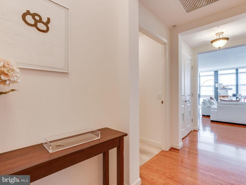 Follow foyer into the living area - 1830 FOUNTAIN DR #1008, RESTON