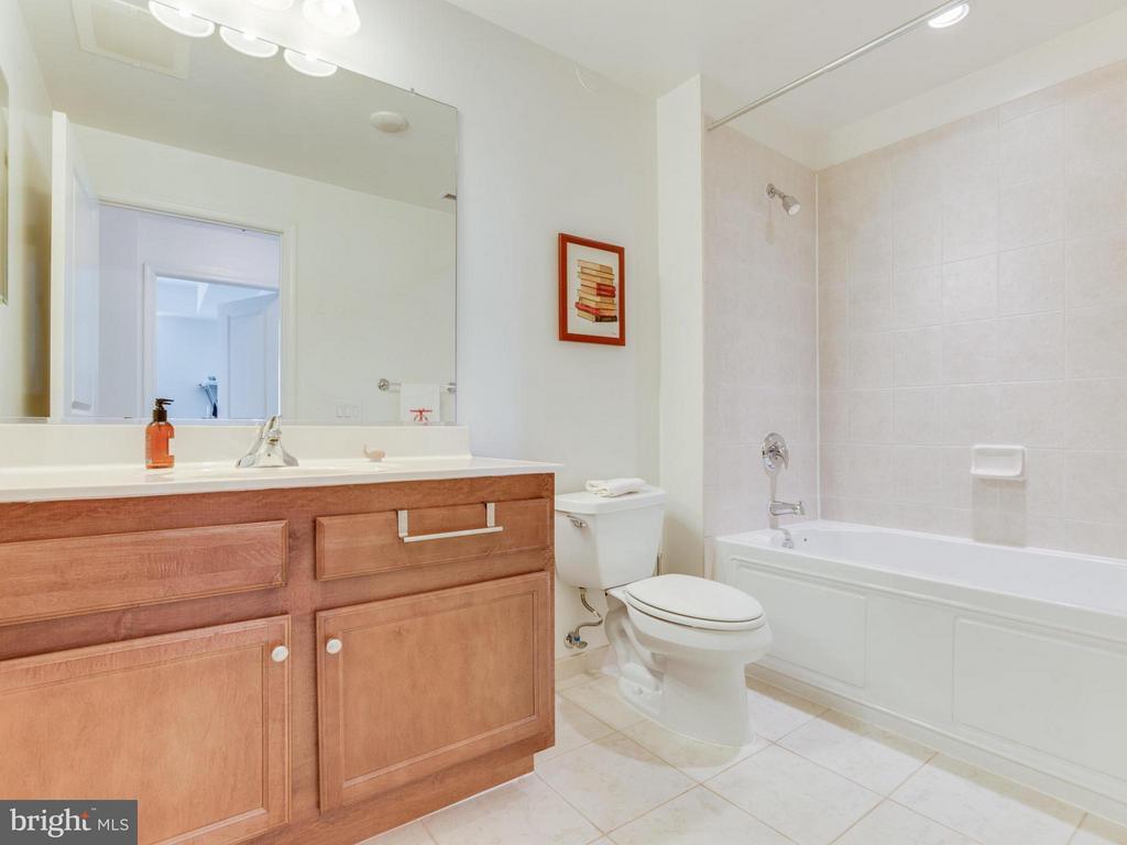 Tub/shower combo - 1830 FOUNTAIN DR #1008, RESTON