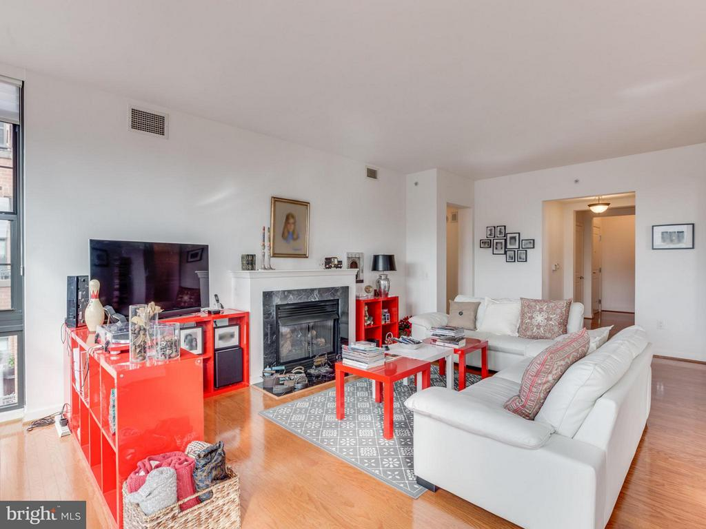 Spacious room allows for easy furniture layouts - 1830 FOUNTAIN DR #1008, RESTON