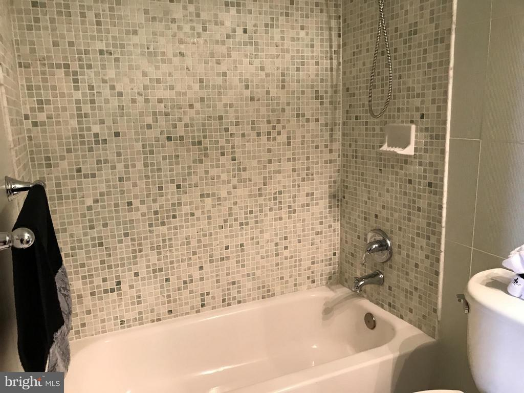 Bath - 2022 S GLEBE RD, ARLINGTON