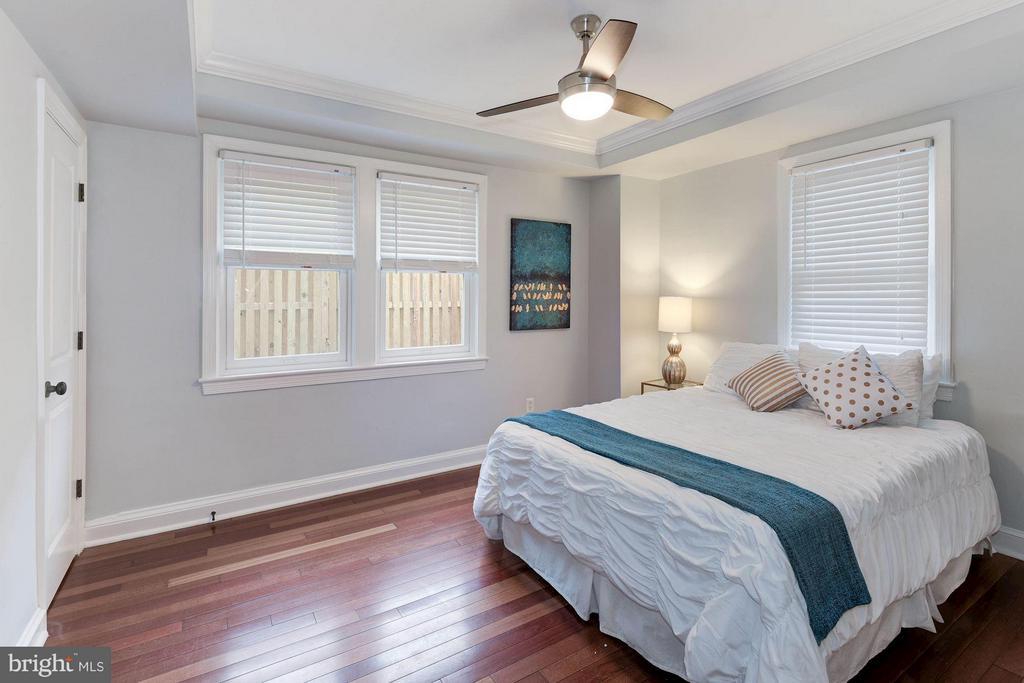Master Bedroom with Hardwood Floors - 718 S WASHINGTON ST #103, ALEXANDRIA