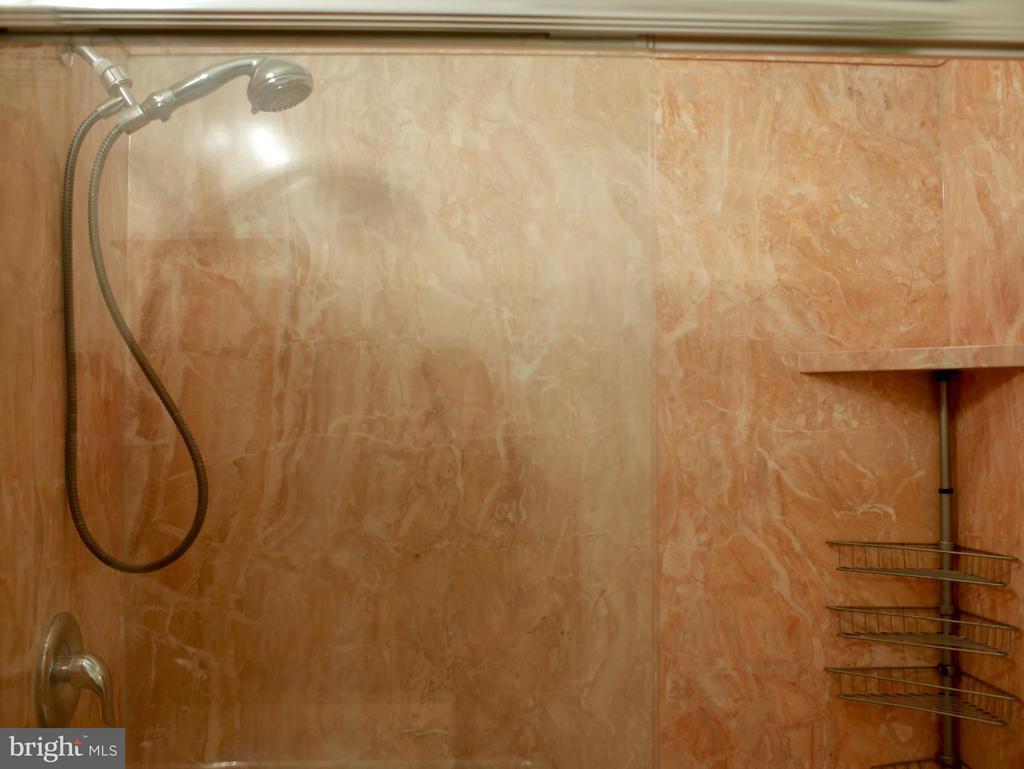 Bath - 210 PARK TERRACE CT SE #66, VIENNA