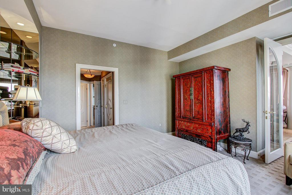 Stunning Master Bedroom - 11776 STRATFORD HOUSE PL #1402, RESTON