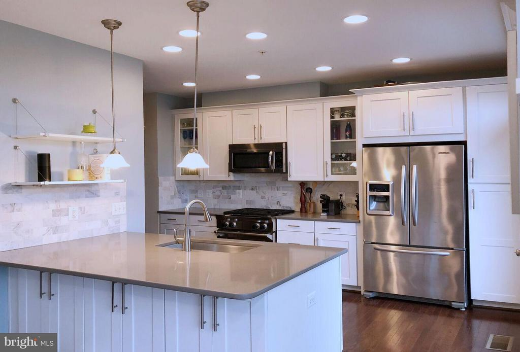 Modern White Kitchen with Upgraded Finishes - 2203 19TH CT N, ARLINGTON