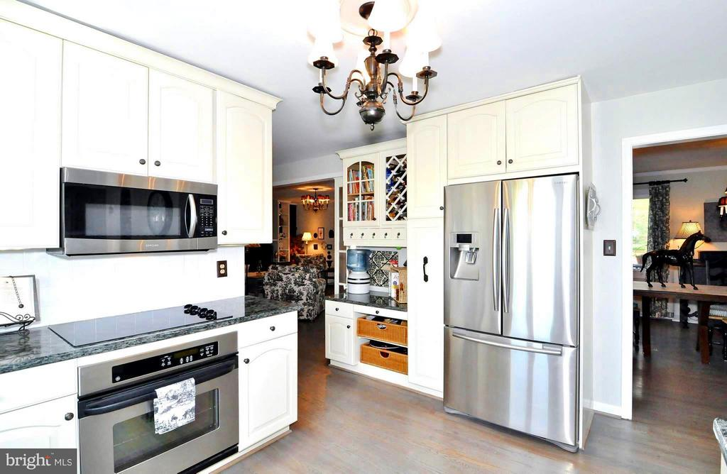 Kitchen opens to living and dining - 23470 DOVER RD, MIDDLEBURG