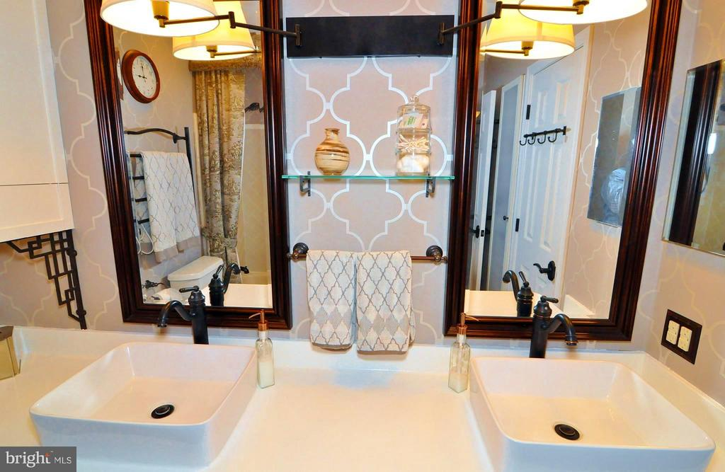 Upper Level Dual Entry Guest Bath - 23470 DOVER RD, MIDDLEBURG