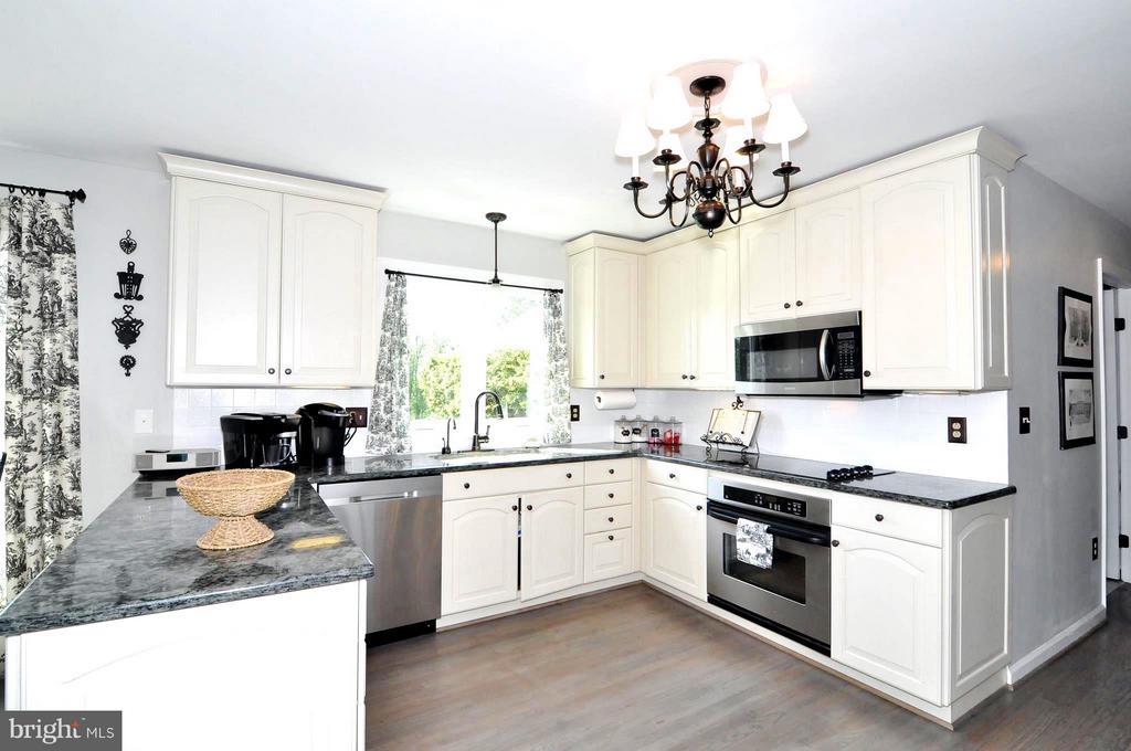 Granite counters, tile backsplash, ss appliances - 23470 DOVER RD, MIDDLEBURG