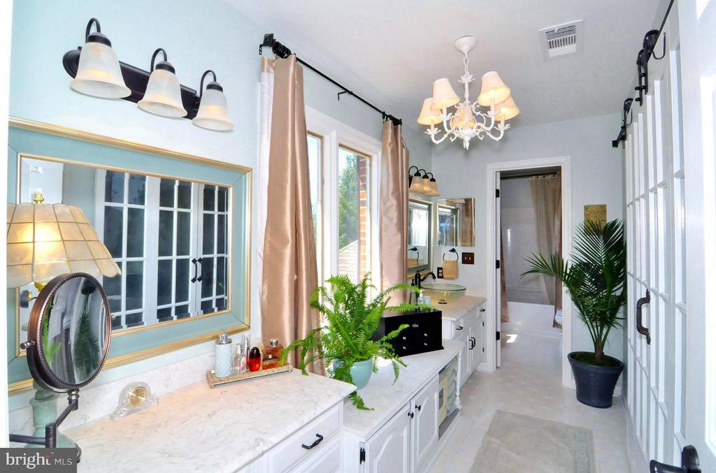 Dual separate sinks, dressing table and closet - 23470 DOVER RD, MIDDLEBURG