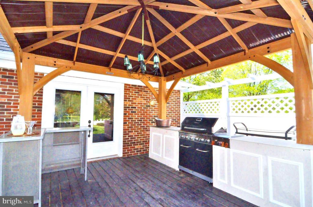 Cook and dine outdoors year round - 23470 DOVER RD, MIDDLEBURG