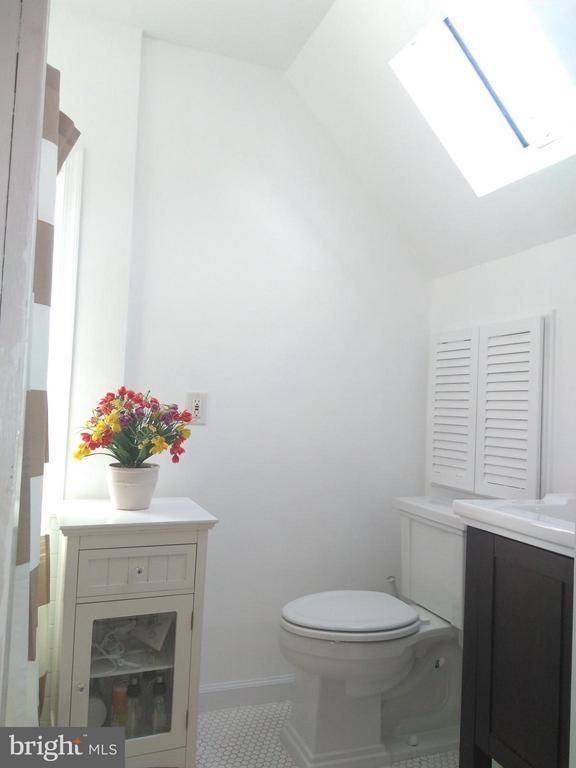 Full Bath in the Master Bedroom - 876 N KENSINGTON ST, ARLINGTON