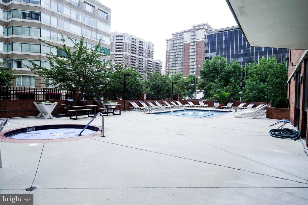 Outdoor Swimming Pool - 1001 N RANDOLPH ST #213, ARLINGTON