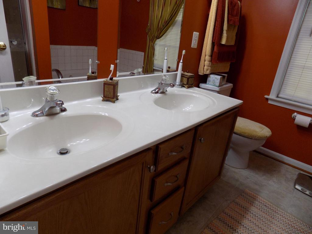 Double sinks in master bath - 10285 REDBUD RD, UNIONVILLE