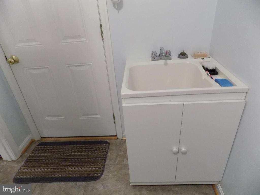 Laundry room has a sink - 10285 REDBUD RD, UNIONVILLE