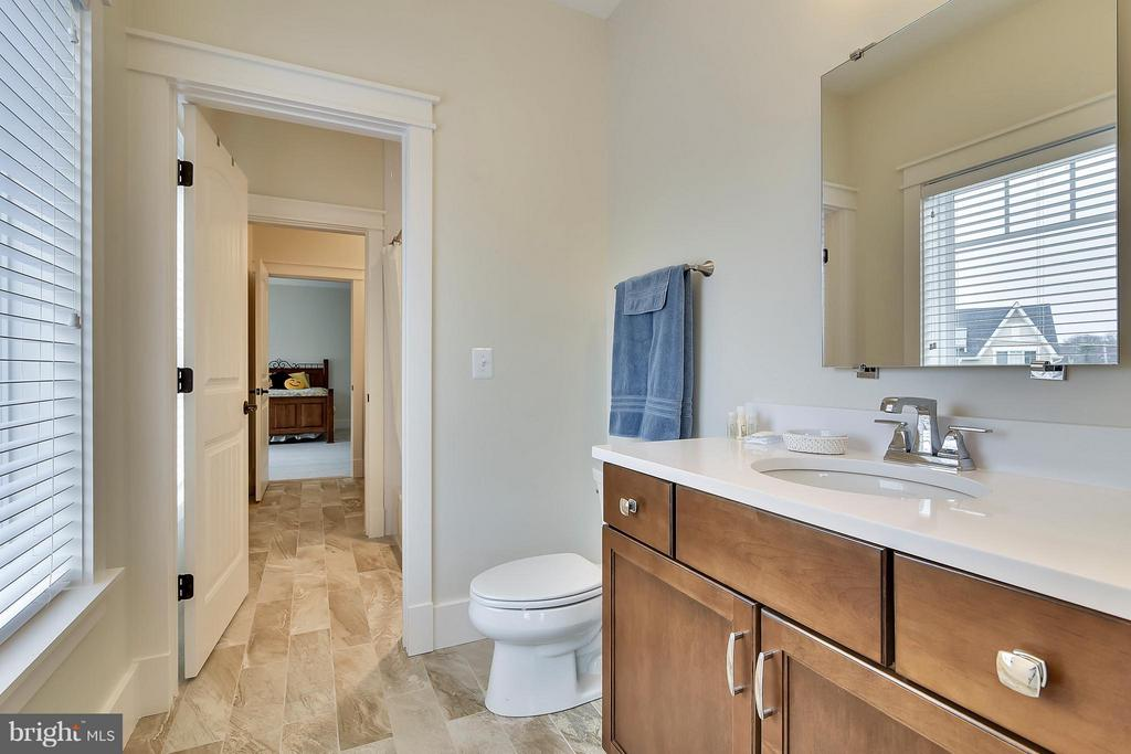 Efficient shared shower with private half baths - 622 TAPAWINGO RD SW, VIENNA