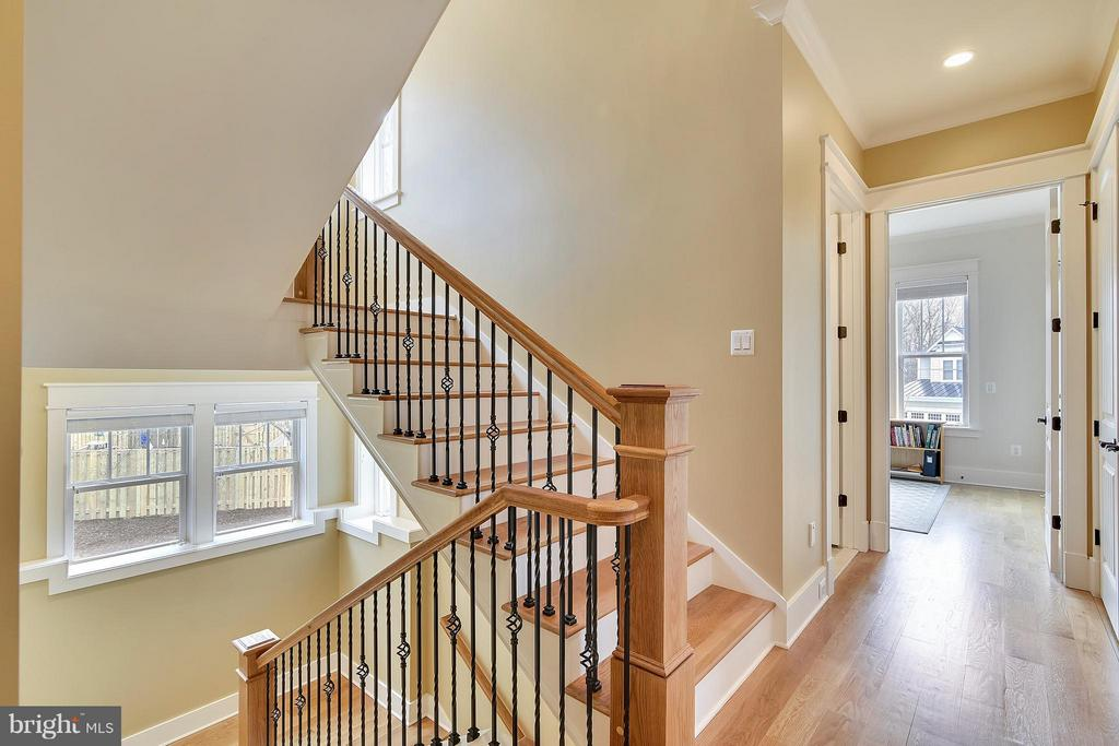 Elegant wide staircase - 622 TAPAWINGO RD SW, VIENNA