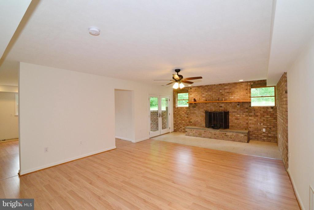 Family Room - 15224 WATERLOO RD, AMISSVILLE