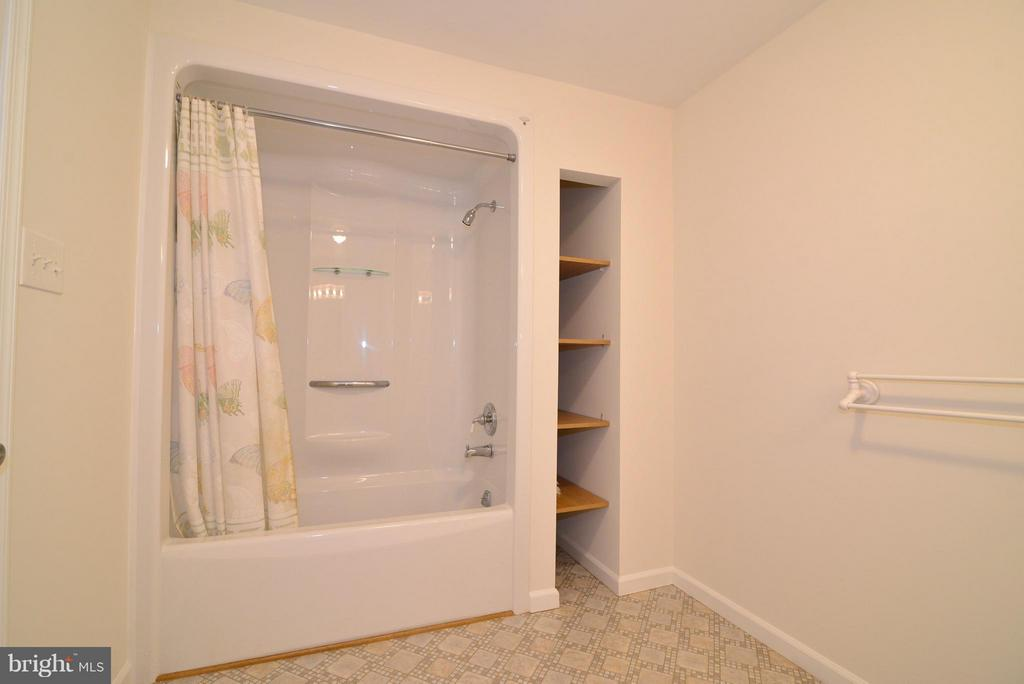 Bath - 15224 WATERLOO RD, AMISSVILLE