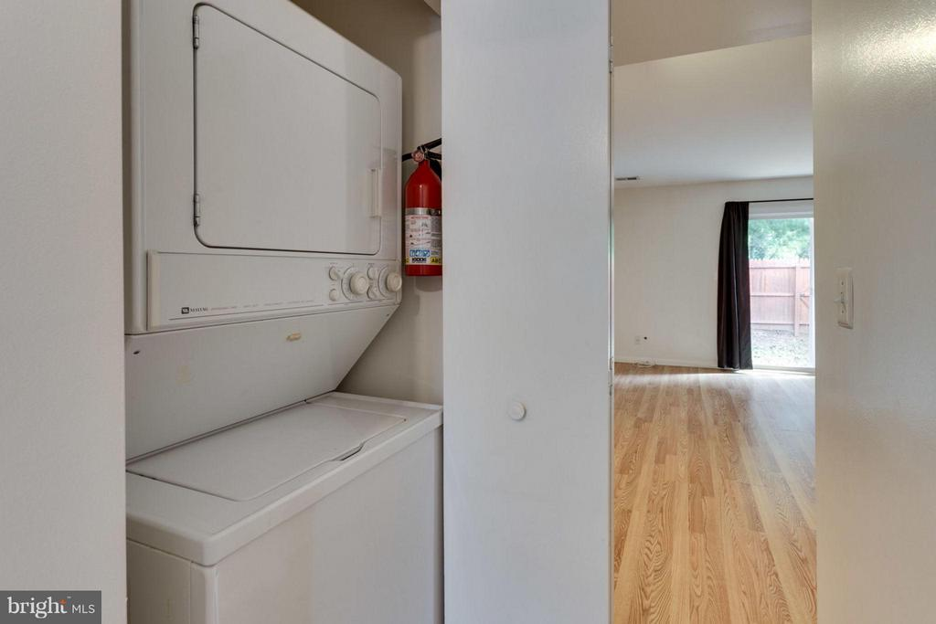 washer/dryer  between kitchen and living room - 17 KINGSBRIDGE CT, WARRENTON