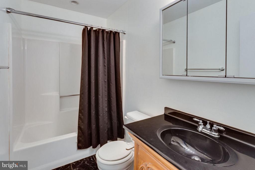 Upstairs full bath - 17 KINGSBRIDGE CT, WARRENTON