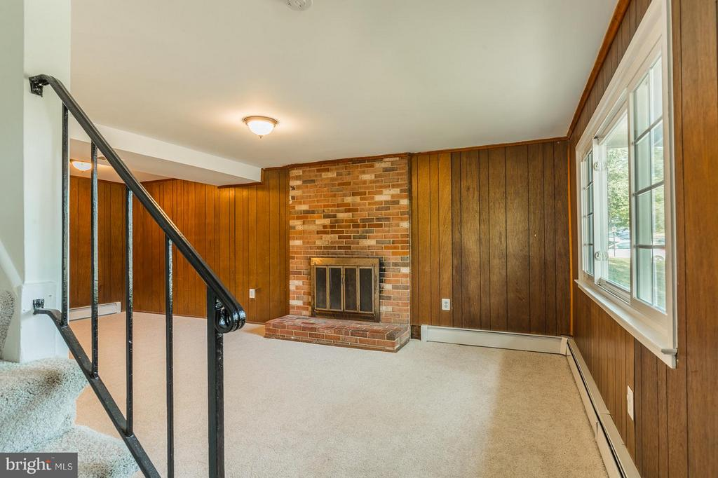Family Room WITH WOOD BURNING FIREPLACE - 4532 KNOLL DR, WOODBRIDGE