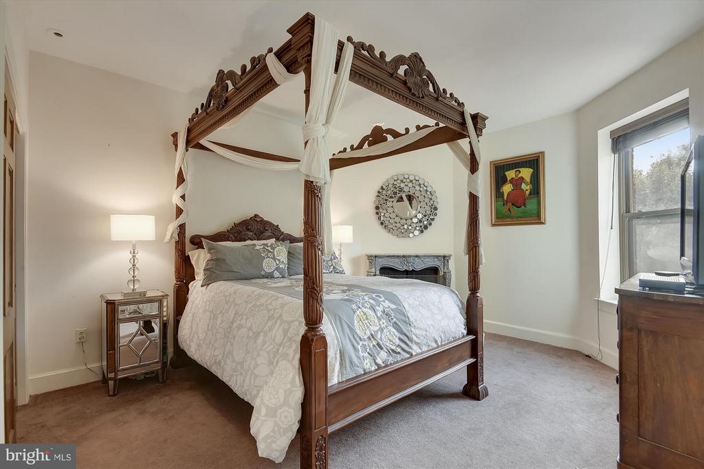 1st Bedroom with Ensuite full bath - 2034 O ST NW, WASHINGTON
