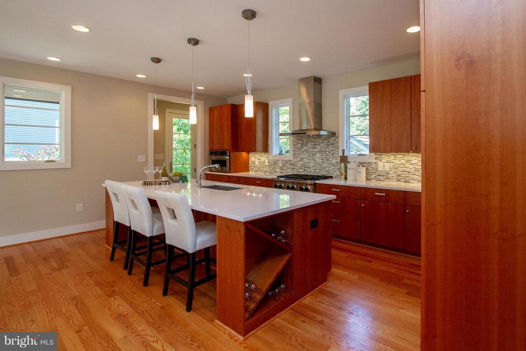 Gourmet kitchen perfect for entertaining - 3200 LORCOM LN, ARLINGTON