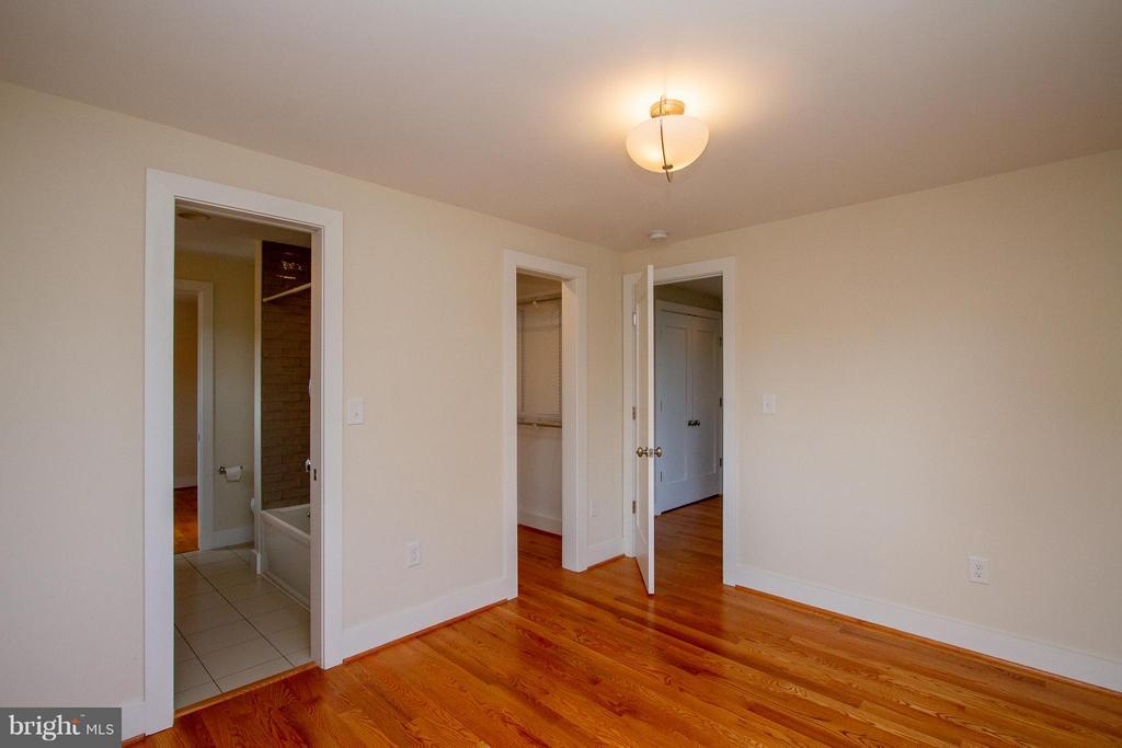 Second Bedroom with walk-in closet - 3200 LORCOM LN, ARLINGTON
