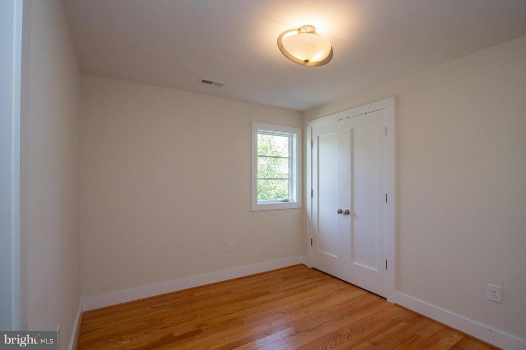 Fourth bedroom with attached bath - 3200 LORCOM LN, ARLINGTON