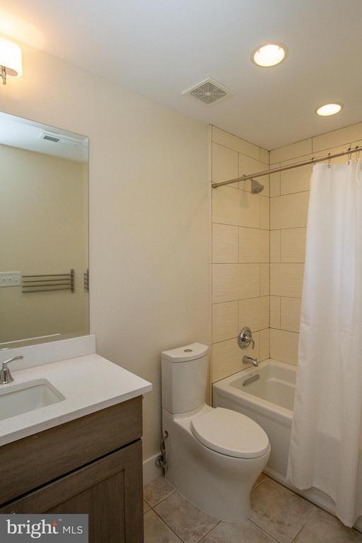 Bath attached to 4th Bedroom - 3200 LORCOM LN, ARLINGTON