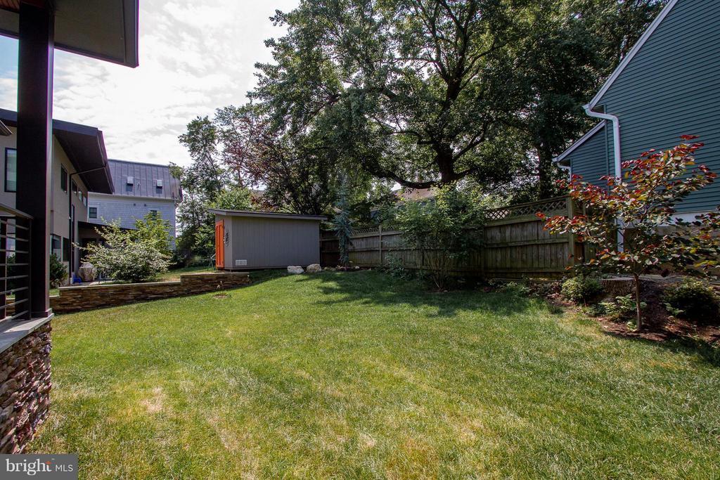Lovely back yard - 3200 LORCOM LN, ARLINGTON