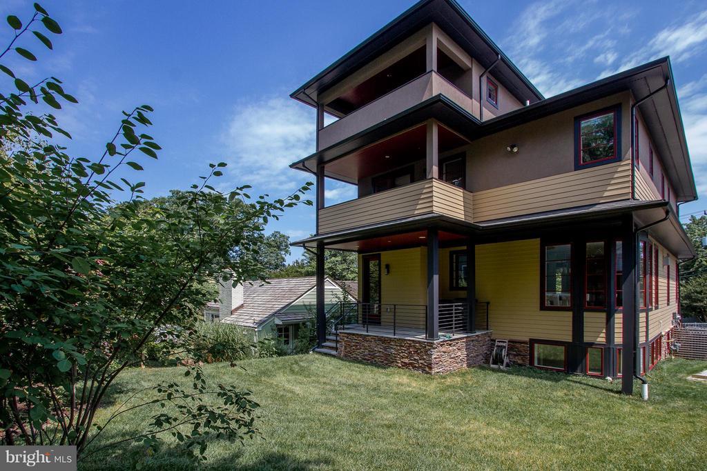 Multiple decks for additional outdoor living space - 3200 LORCOM LN, ARLINGTON