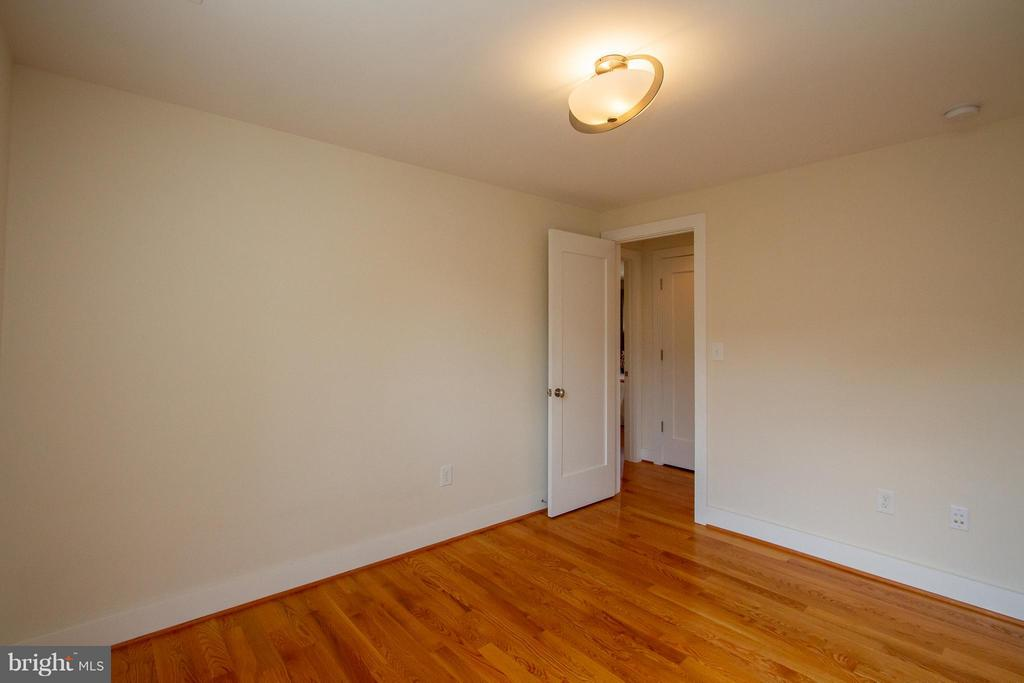 Third bedroom connected to Jack and Jill bath - 3200 LORCOM LN, ARLINGTON